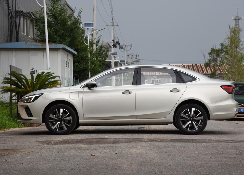 旗下首款R标新能源车型,荣威R RE6上市,16.28万元起售
