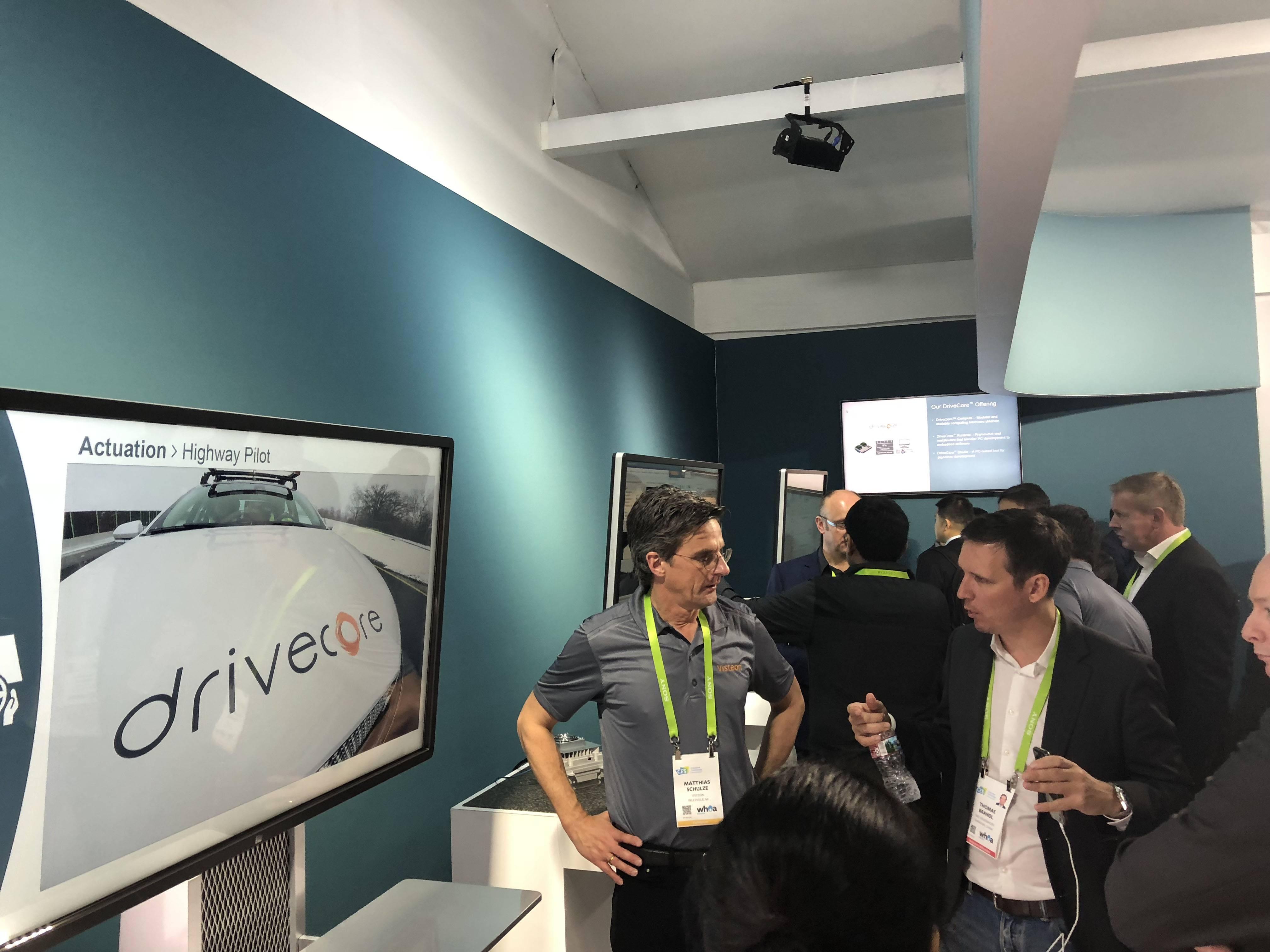 伟世通技术人员向现场观众讲解DriveCore.jpg