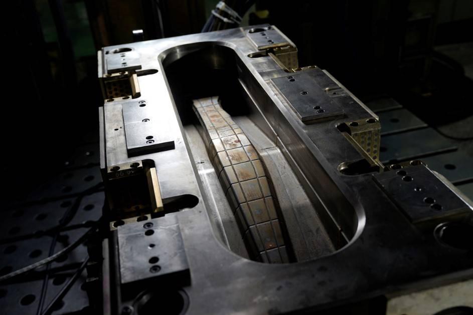"""2.日产汽车基于现有的生产方式,开发出""""压缩树脂传递模塑法(compression resin transfer molding)"""".jpg"""